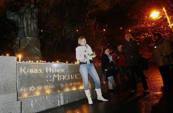 U pomníku Karla Hynka Máchy v Praze na Petříně se v rámci festivalu Den poezie uskutečnila oslava 200. výročí básníkova narození.