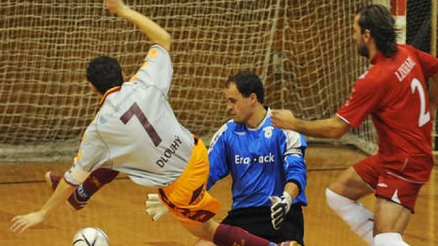KANONÝR. V letošní sezóně už stačil Martin Dlouhý nastřílet soupeřům 21 gólů.