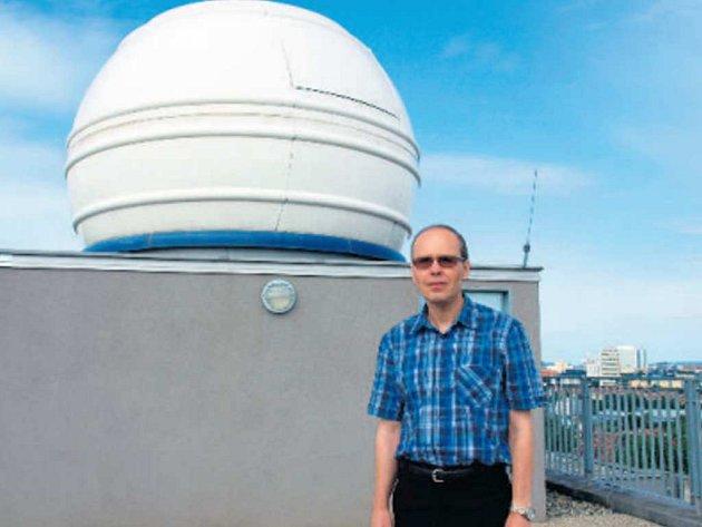 ASTRONOMICKÝ ÚSTAV Akademie věd ČR vede profesor Vladimír Karas. Na snímku je na vrchu budovy na pražském Spořilově.
