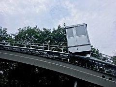 Moderní stříbrý šikmý výtah nahradil červenou lanovku