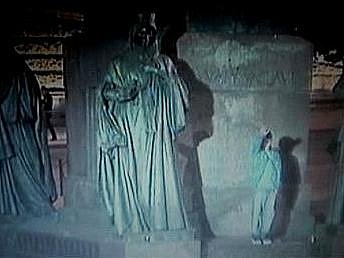 Záběr z bezpečnostní kamery, střežící sochu svatého Václava.