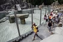 POSLEDNÍ PŘÍPRAVY. Lidé si mohli v ZOO prohlédnout nový pavilon lachtanů. Finišují tu poslední přípravy, slavnostní otevření je naplánováno na sobotní dopoledne.