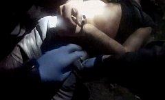 Policie vyjednávala s mužem, který napadl záchranáře nožem.