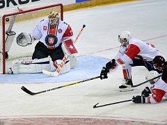 Lukáš Klimek ze Sparty(zcela vpravo) střílí gól Joacimu Erikssonovi z Växjö.