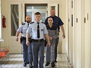 Obžalovaný Oldřich Konrád přichází v doprovodu policistů k městskému soudu v Praze.