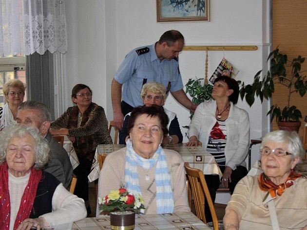 Besedy s důchodci pravidelně pořádají policisté napříč Českou republikou. Vysvětlují jim, jak se lépe bránit podvodníkům.