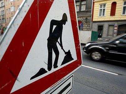 V CENTRU I NA OKRAJI. Rozkopané ulice a dopravní uzávěrky - tak velí každoroční pražská tradice.