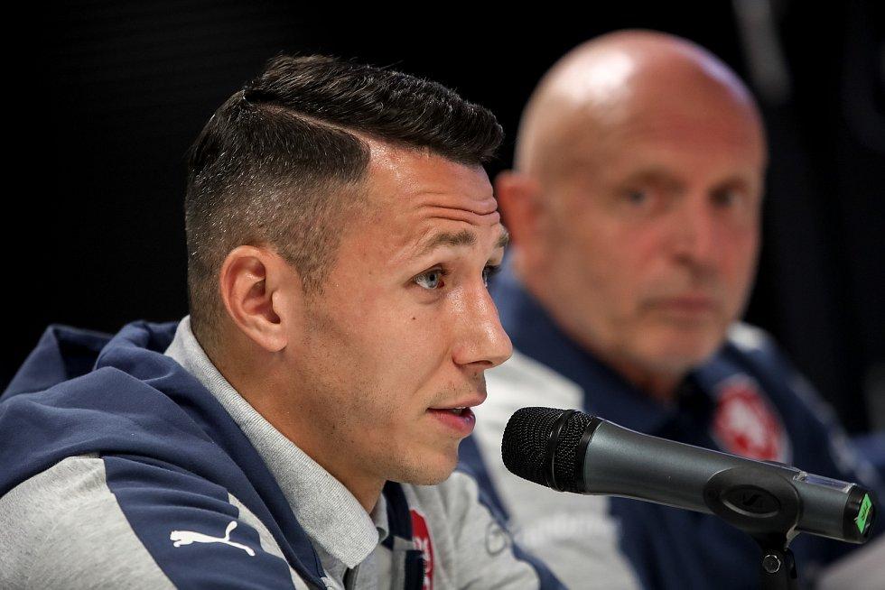 Karel Jarolím a Marek Suchý při tiskové konferenci českého týmu před kvalifikačním utkání s Německem 31. srpna v Praze.