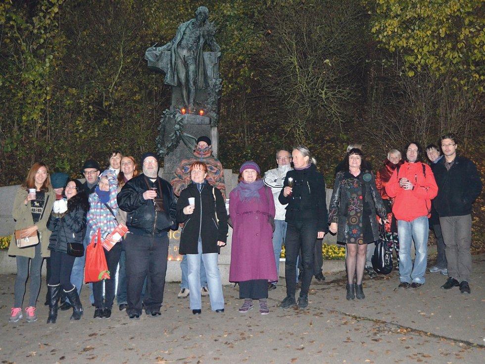 Každoročně se u sochy Karla Hynka Máchy na Petříně sejdou večer 16. 11. o Dnu poezie básníci a lidé, aby svými verši a vínem oslavili Máchovy narozeniny.