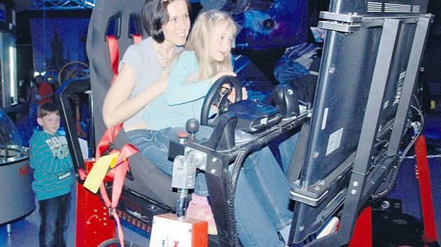 Atrakce v pražském planetáriu lákaly nejen děti, ale také jejich rodiče. Často nebylo poznat, kdo se více baví.