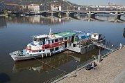 Ilustrační fotky lodí na Vltavě a přívozu Holka