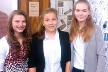 Vítězky projektu Příběhy našich sousedů v Praze 7 Veronika Bendová, Tereza Veselá a Veronika Zlatohlávková ze Základní školy Františky Plamínkové.