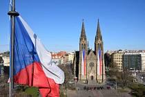 Na kostele svaté Ludmily a náměstí Míru zavlály české vlajky.