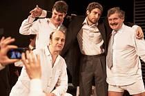 Divadlo V Dlouhé dnes večer online nabídne derniéru známé shakespearovy hry Mnoho povyku pro nic.