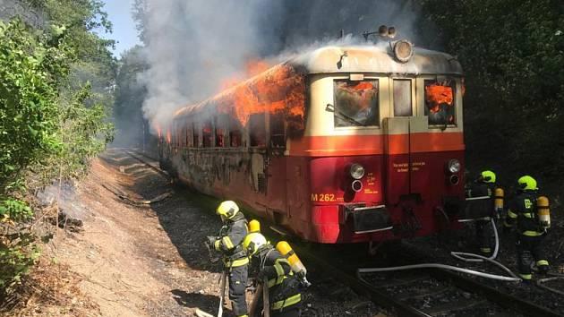 Požár lokomotivy v ulici Nad Hliníkem.