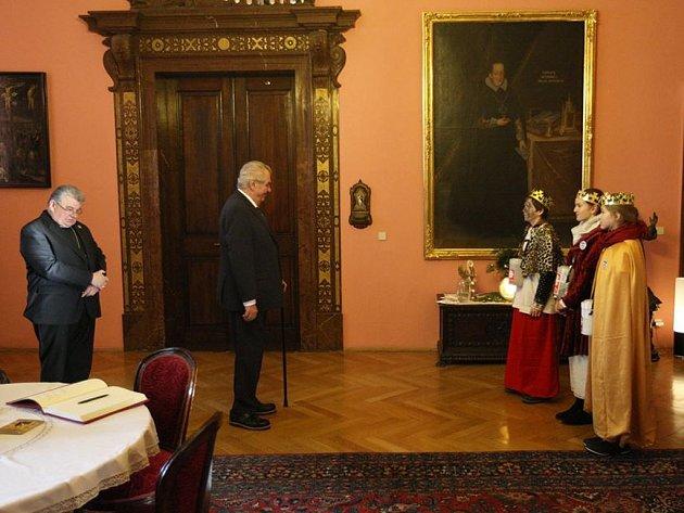 Miloš Zeman a kardinál Dominik Duka si poslechli hudební představení koledníků