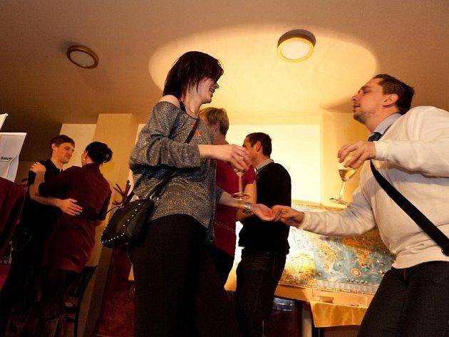 PŘEDSTAVENÍ PRO NEZADANÉ doplněná hravým programem s možností seznámení pořádají v Městských divadlech pražských již čtvrtým rokem. A vědí už o několika párech!