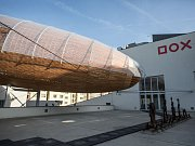 Na střeše pražského centra současného umění DOX byla postavena dřevostavba ve tvaru vzducholodi s názvem Vzducholoď Gulliver