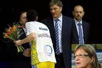 DESET! Jen deset duelů vydržel ve funkci hlavního trenéra ZVVZ USK Praha Ivan Beneš (uprostřed). Po výhře o třicet bodů nad VŠ Praha jej překvapivě střídá Natálie Hejková.