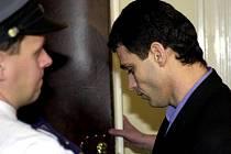 Kosovský Albánec Fatmir Azemi u Městského soudu v Praze již v roce 2000 kvůli vraždě svého o dva roky staršího krajana při demonstraci za mír v Kosovu na náměstí Míru v Praze 2.
