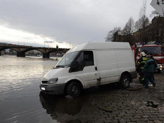 Dodávka ztroskotala na břehu Vltavy