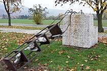 Poničená dobřichovická socha s názvem Ostatek.