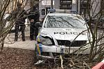 Policisté pronásledovali muže v kradeném autě, sami havarovali.
