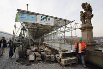 Rekonstrukce Karlova mostu pokračuje.