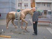 Instalace bronzových koní od Michala Gabriela na náměstí mezi ulicemi Wuchterlova a Kafkova v Dejvicích.