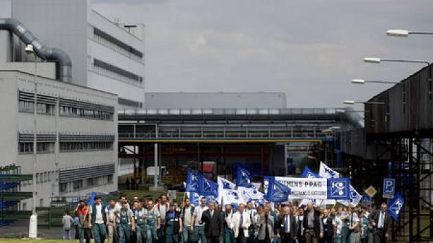 Na 700 zaměstanců německé firmy Siemens protestovalo 23. července před závodem v Praze-Zličíně proti zrušení provozu.