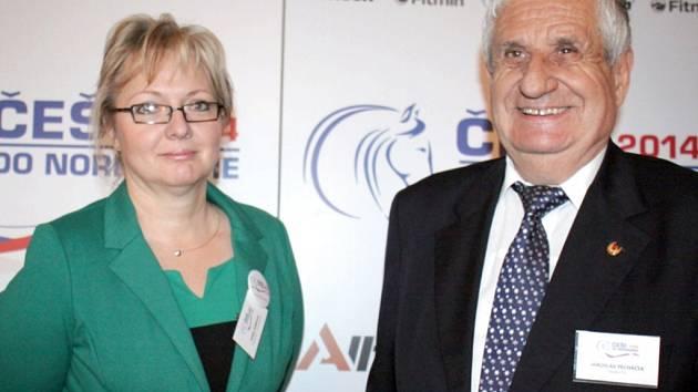 Prezident České jezdecké federace Jaroslav Pecháček a viceprezidentka pro ekonomiku Dana Denková podporují české reprezentanty jezdectví.