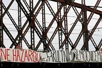 PROTEST. Medici ze šesti lékařských fakult v úterý vyjádřili svůj nesouhlas s převedením fakultních nemocnic na akciové společnosti například vyvěšením transparentu na železniční most na Výtoni.