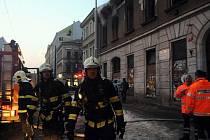 Mrtvého zhruba padesátiletého muže objevili záchranáři při požáru, který 5. ledna propukl v opuštěném domě v Sokolovské ulici v pražském Karlíně. Další dva muži, kteří se nadýchali kouřových zplodin, byli převezeni k ošetření do nemocnice.