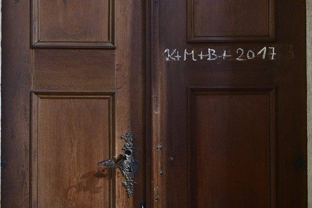 """Psaná písmena křídou """"K+ M + B + rok"""" na dveře domů bývají znamením požehnání tomuto obydlí."""