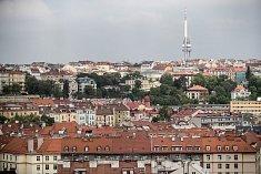 Ilustrace tématu bydlení 3. května v pražských Nuslích. V pozadí Žižkovský vysílač.