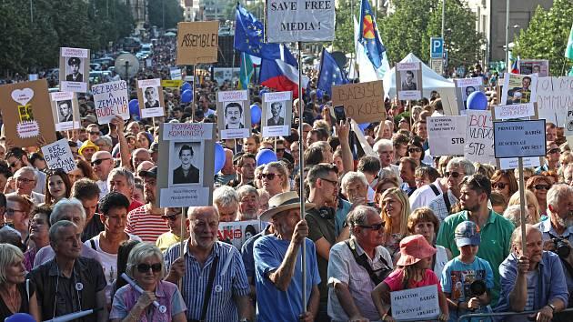 00c880ebe42 Demonstrace proti Babišovi a komunistům s názvem Jednou provždy na  Václavském náměstí. ...