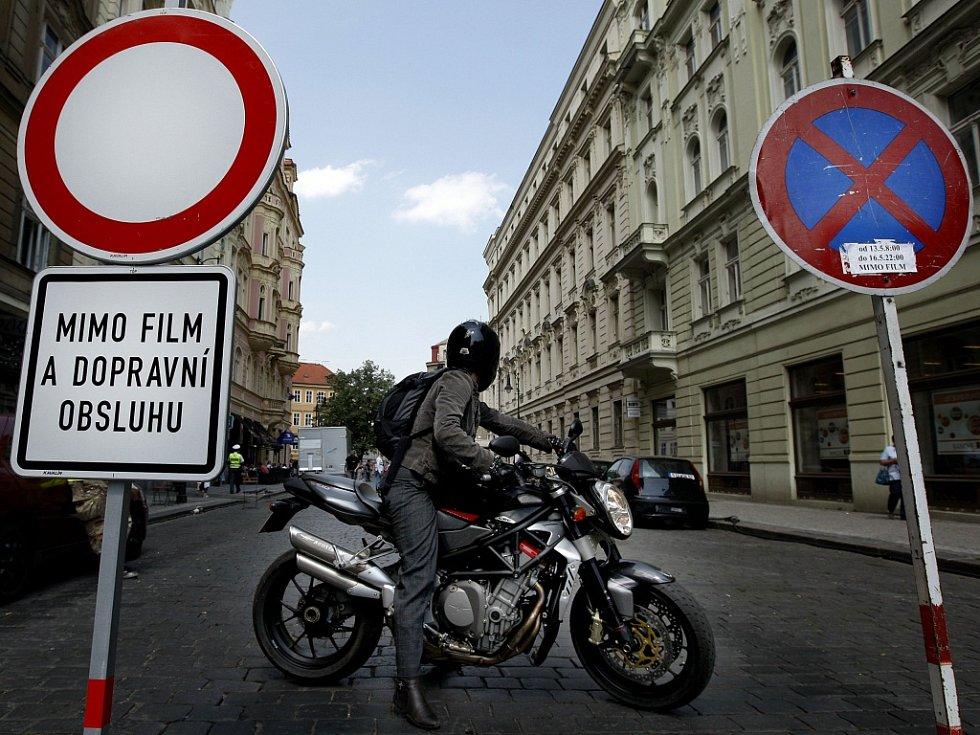 """Filmaři si na Praze oblíbili rozmanitost lokací. Tak například při natáčení amerického akčního sci-fi snímku G. I. Joe si okolí Haštalského náměstí """"zahrálo"""" na Paříž."""