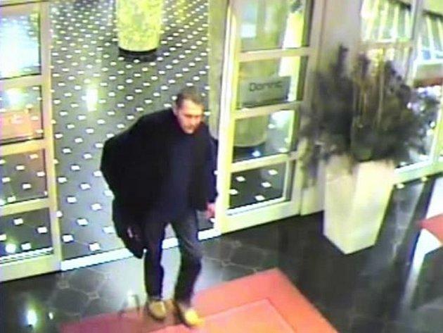 Krádež dvou dataprojektorů z kongresového sálu hotelu.