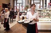 Slavnostní otevření Fantovy kavárny na pražském hlavním nádraží.