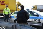 Kontroly pražské dopravní policie na Pražském okruhu. Řešit bylo třeba případ Rumuna, který šel po dálnici pěšky; zastihnout se ho podařilo u Lochkovského tunelu, jímž právě prošel.