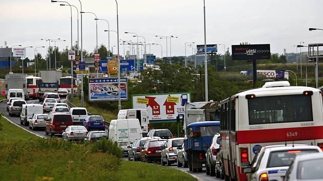 Dopravní situace v Průmyslové ulici v Praze.