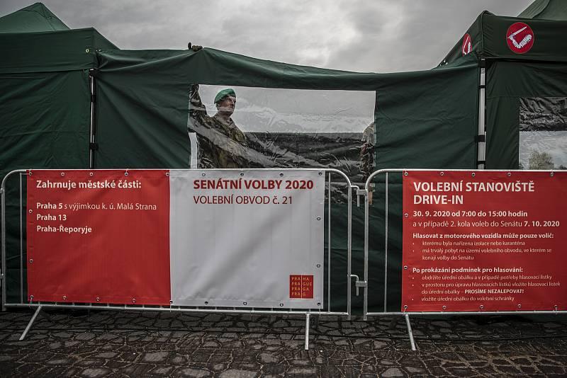 Vojáci stavěli 29. září 2020 na pražské Letenské pláni přístřešky, takzvaná drive-in stanoviště, kde budou moci lidé v karanténě v nadcházejících senátních volbách odvolit přímo z automobilu.