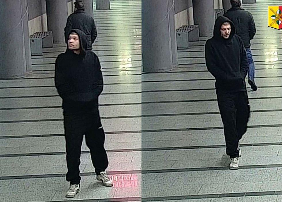 Policie hledá muže, který zbil stařenku v metru.