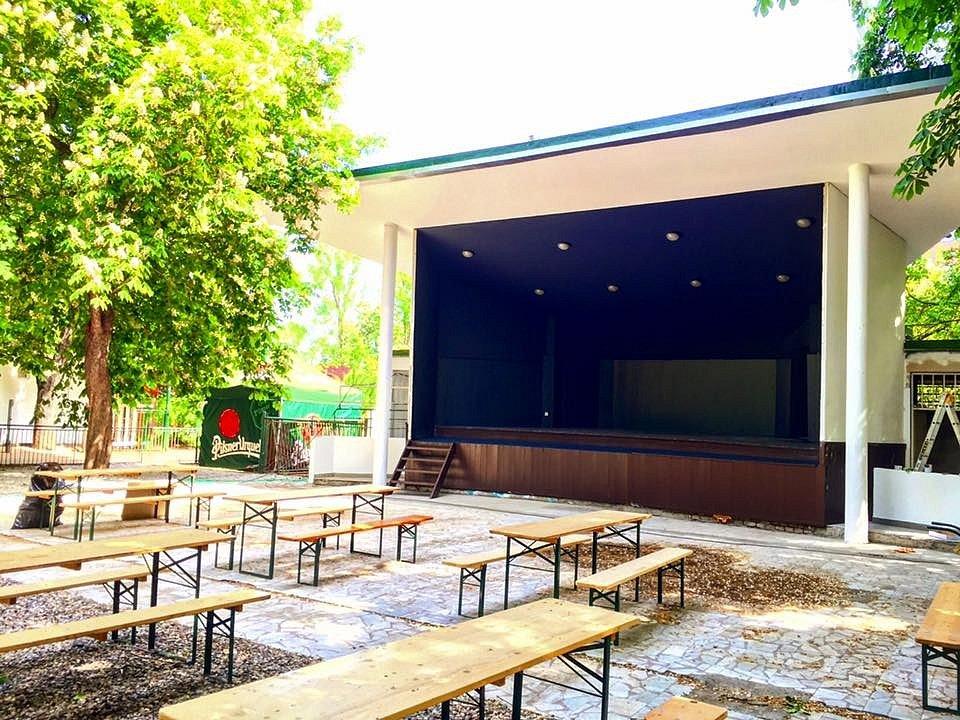 Zahradní restaurace v Riegrových sadech opět otevřela. Na zrekonstruovaném pódiu budou koncerty.