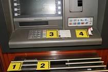 Zařízení umožňující nelegální kopírování bankovních karet nainstalovali zločinci do bankomatu v Celené ulici