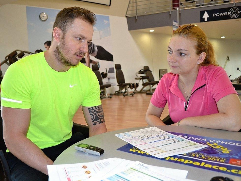 Redaktorka Deníku Pavla Janoušková při konzultaci a rozhovoru s manažerem fitness centra v Aquapalace Praha v Čestlicích Lukášem Kverkou.