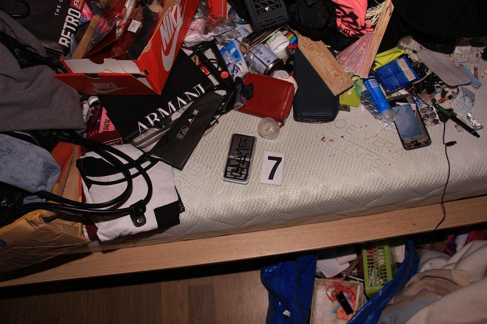 Kriminalisté v rámci několikaměsíčního sledování zadrželi milenecký pár, který prodával po Praze drogy.