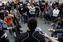 PROTEST RADIKÁLŮ. Asi padesát pravicových extremistů se šestadvacátého dubna sešlo před budovou ministerstva vnitra. Protestovali proti zatčení rasisty Davida Dukea.