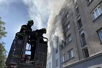 Dva byty ve Strojnické ulici zachvátil po výbuchu požár.