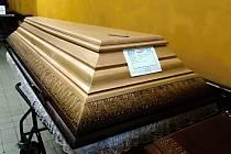 Rakve se zemřelými, kteří umřeli s nemocí covid-19, dostává pohřební ústav s doporučením neotevírat.